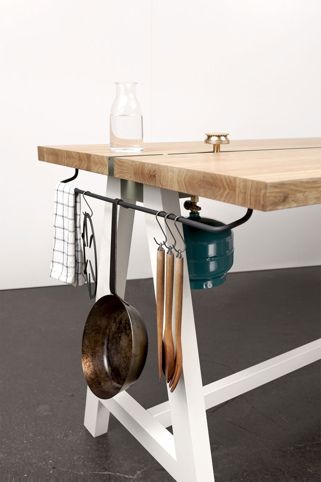 Cooking Table For a Minimalist Kitchen Experience