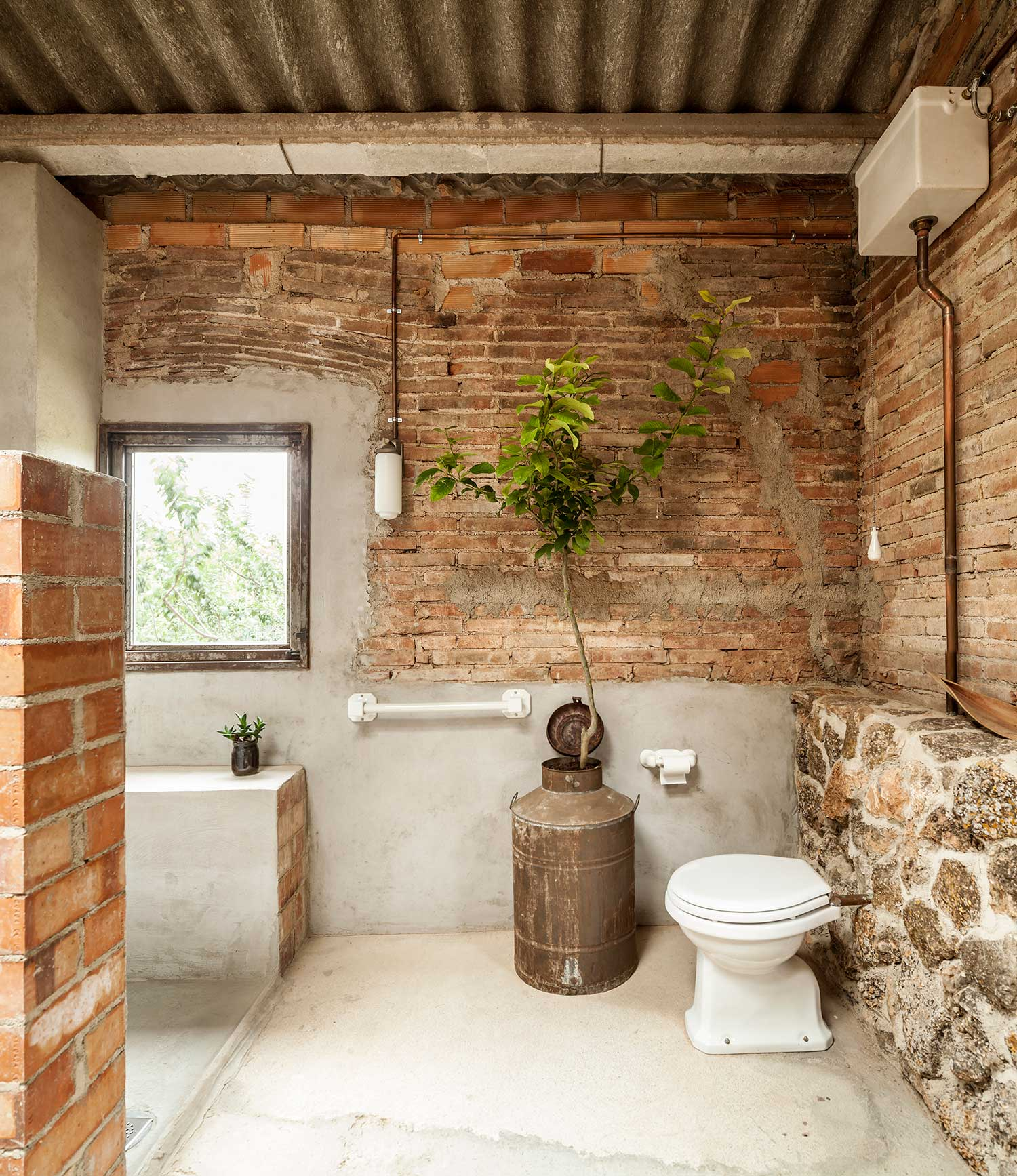 10CHANGING-ROOM-CUBE-FOR-A-GARDEN-WITH-A-POND_Clara-Nubiola_-Photo_Adria-Goula