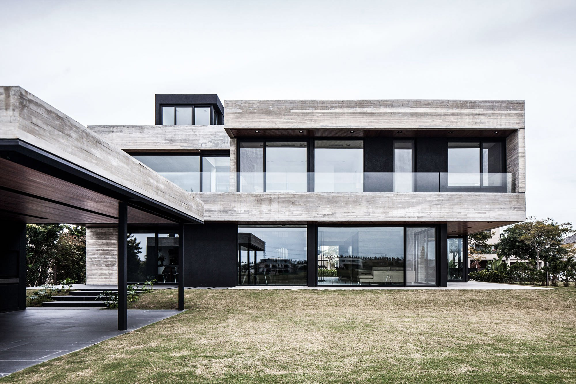 FSY House Features A Front Façade That Blends Concrete Panels, Travertine,  And Lapacho Wood U2013 A Combination That Also Appears Throughout The Interior.