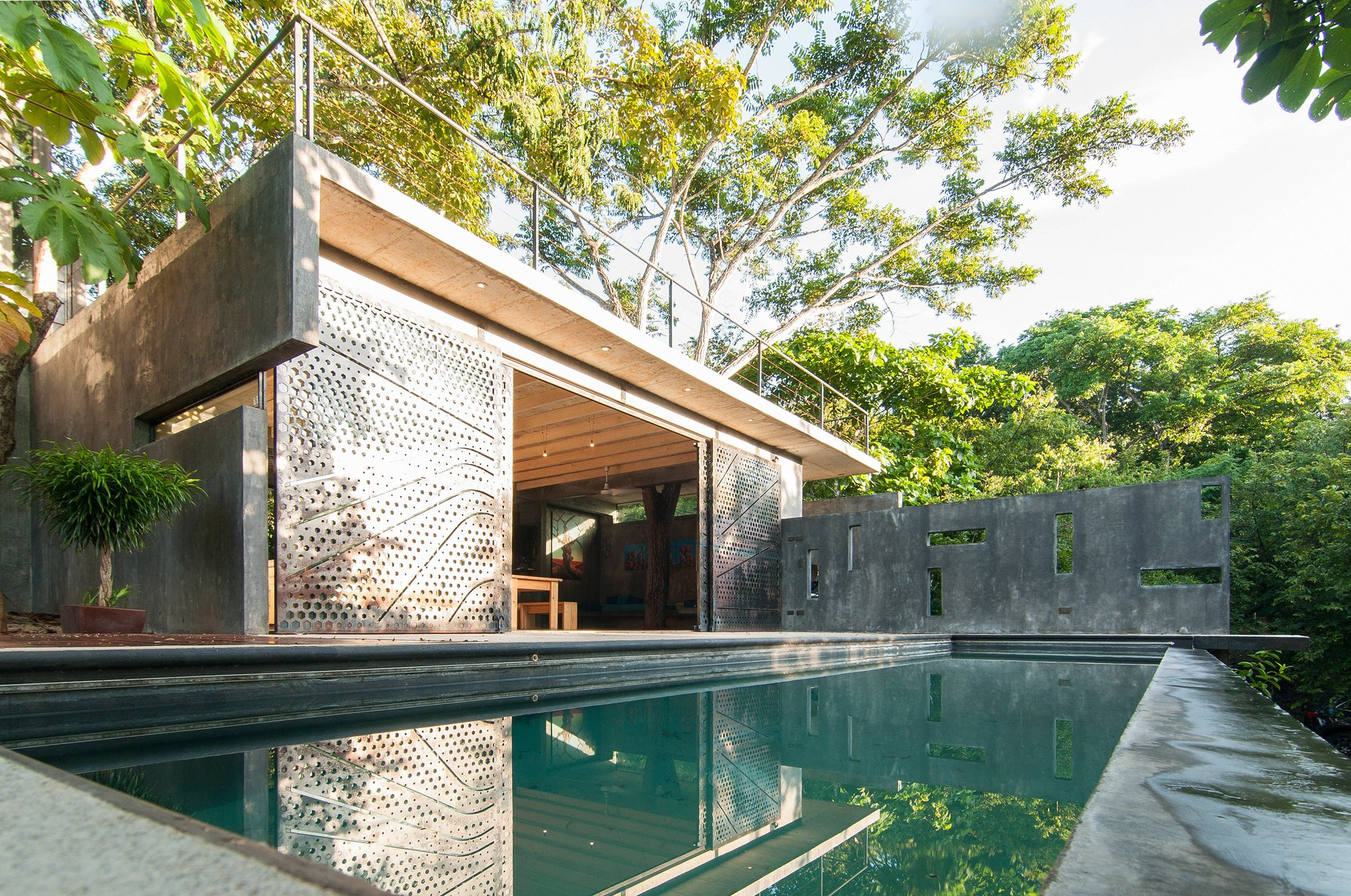 a modern tropical house tree house by qbo3 arquitectos
